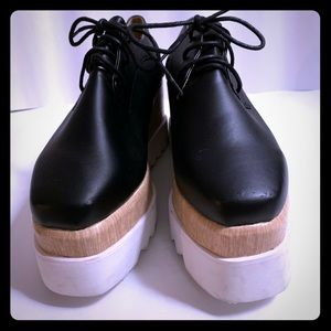 Black oxford with wooden platforms